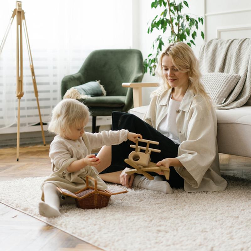 Kind en moeder comfortabel op kleed